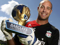 Reina with the Golden Glove award for most clean sheets in one season in the Premiership.