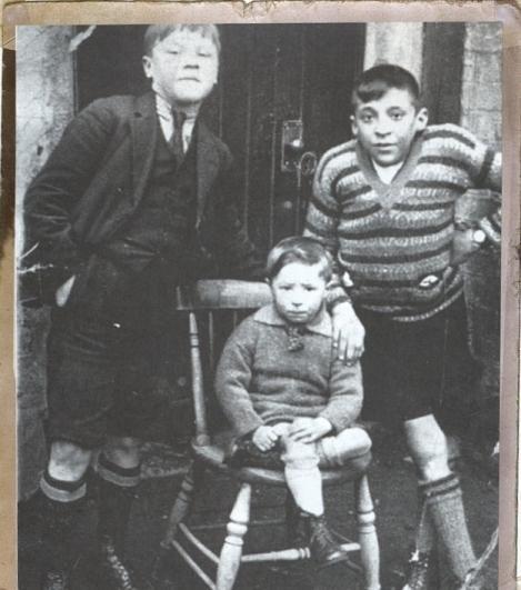 Маленький Билл Шенкли (крайний слева)